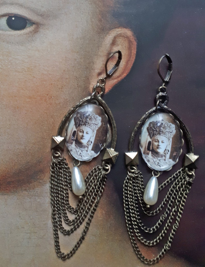 drop beads and chains Tsarine dome earrings in glass