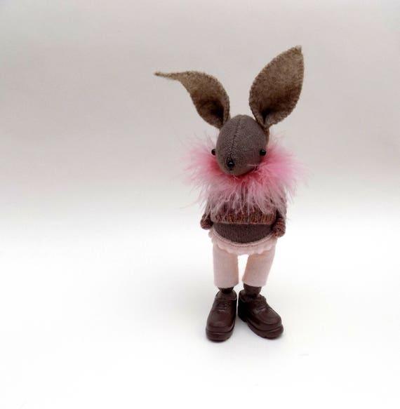 Lapin en en en peluche en laine - poupée de lapin à la main portant feutre pantalon, pull laineux et des chaussures en plastique marron. | De Haute Qualité Et De Bas Frais Généraux  f47bb1