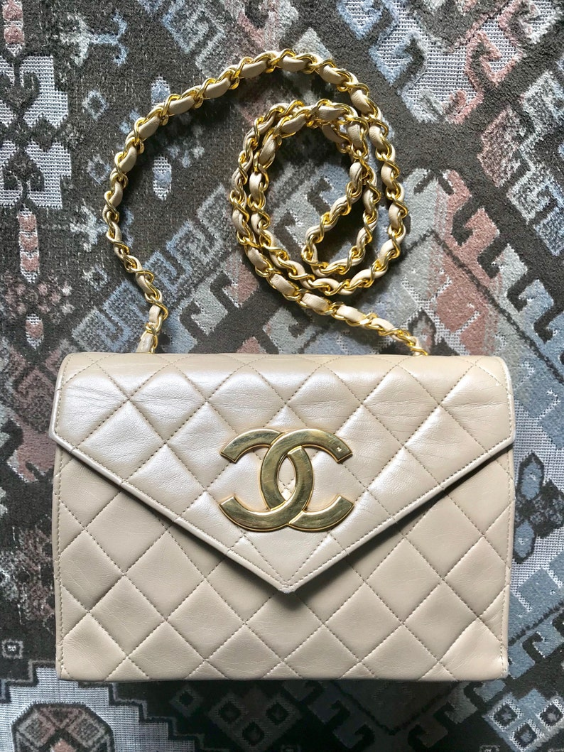 Vintage CHANEL beige lambskin chain shoulder purse with large  1299447a565e8