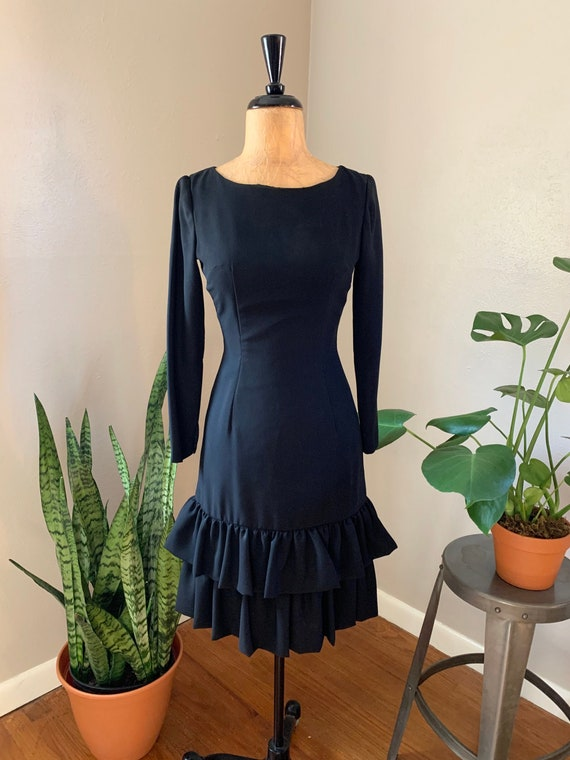 60/'s70/'s Fitted Knit Dress with Ruffled Sleeves and Striped Trim