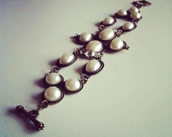 Vintage bracelet in bronze metal and faux off-white pearls