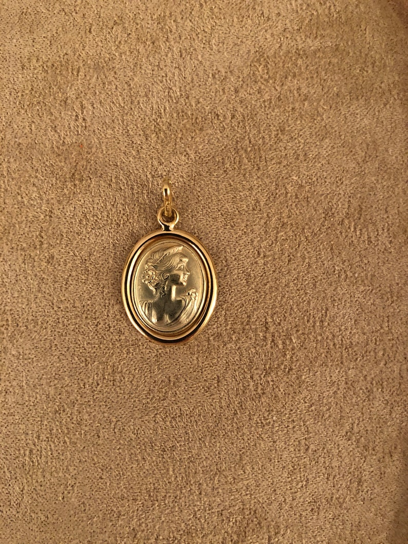 BRAND NEW 18 KARAT Yellow Gold Camee Pendant