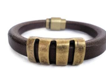 Pulsera cuero regaliz marrón con piezas de zamac dorado antiguo