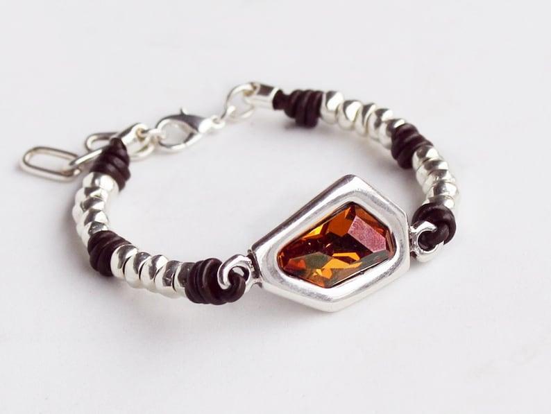 5b8e05b3c023 Pulsera de cuero para mujer con cristal Swarovski y zamak. Ajustable