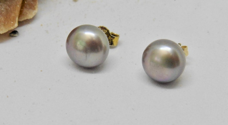 Pearl stud earrings 8 mm light grey gold plated image 0
