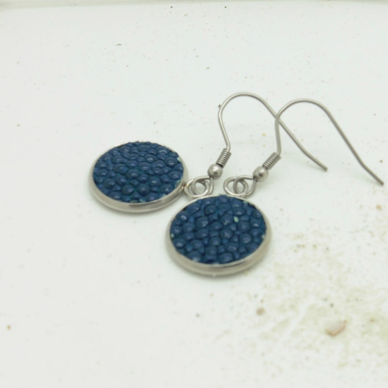 Earrings 14 mm with leather of pearl rays in blue or black image 0