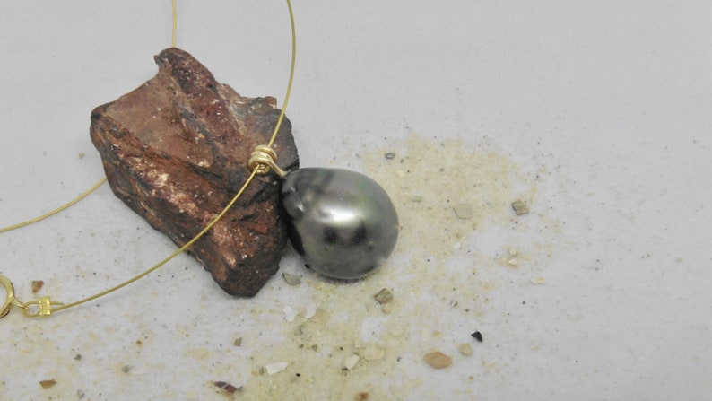 Tahiti pearl pendant 13 x 17 mm drops floating at wire green image 0