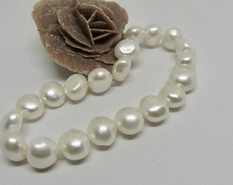 White Elstic beaded bracelet made of classic real pearls
