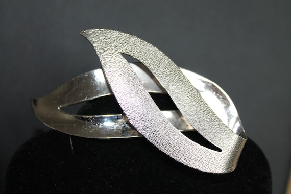 BROOCH Beautiful textured Vintage Jewelry Sarah Coventry Brooch in silver.