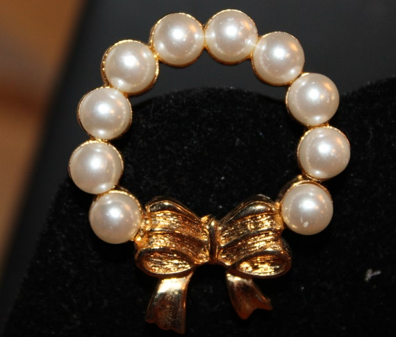 BROOCH Vintage Christmas Wreath Pin   Pearls Gold Metal Retro 1950s