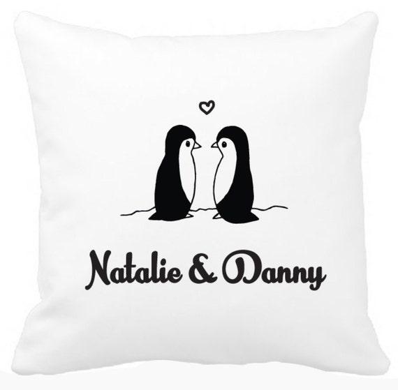 entz ckende pinguin paar kissen mit namen von braut und etsy. Black Bedroom Furniture Sets. Home Design Ideas