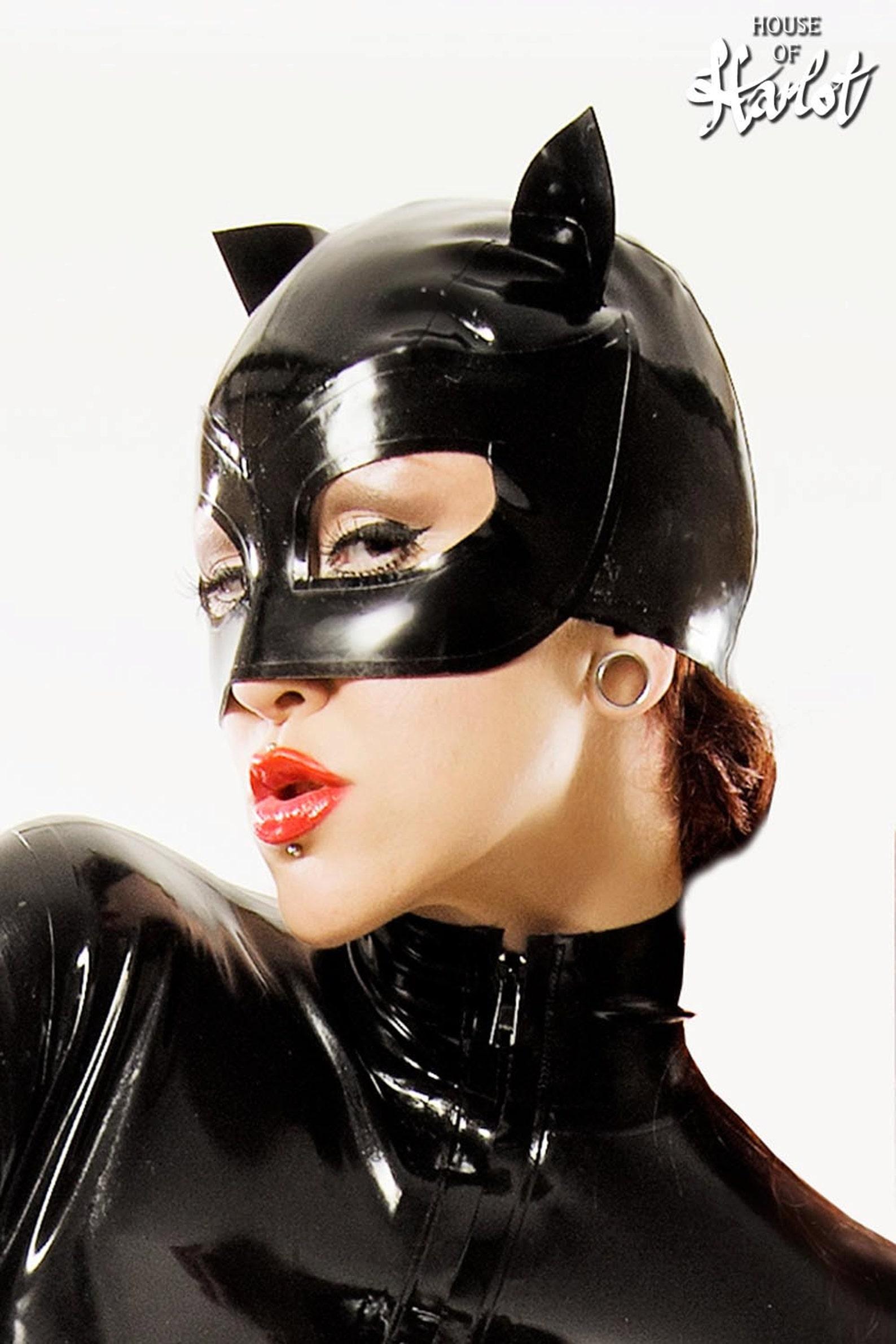 фото в женской маске из латекса первый