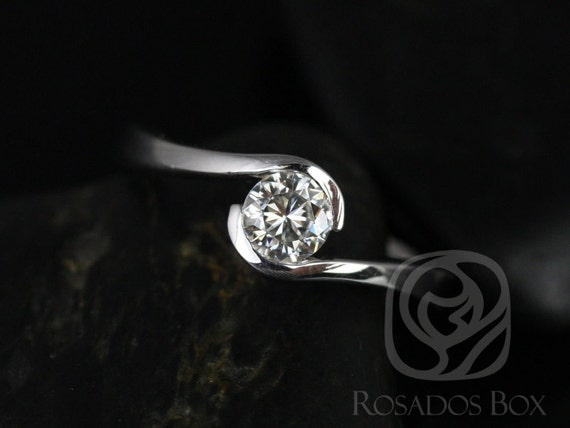 Rosados Box Vadim 5mm 14kt White Gold Round F1- Moissanite Single Twist Engagement Ring