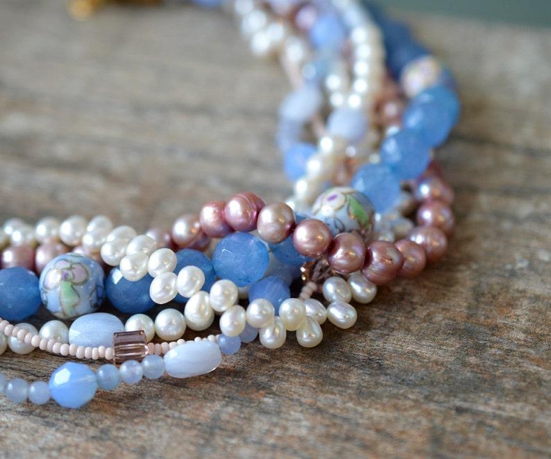 0e2fd870a1e2 Gargantilla perla rosa grueso grano piedra azul torsade