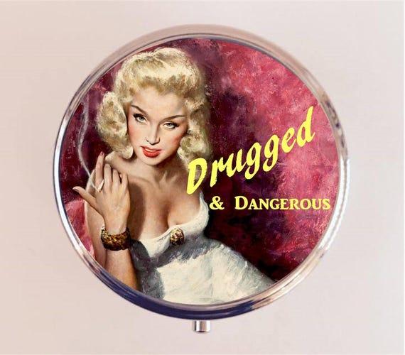 Drogué et dangereux pilule boîte pilulier cas porte rétro humour drôle Pin Up rétro pin up