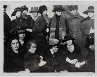 Od Photo Group of Women wearing Coats and Hats Striped Scarf 1920s Photograph Snapshot vintage