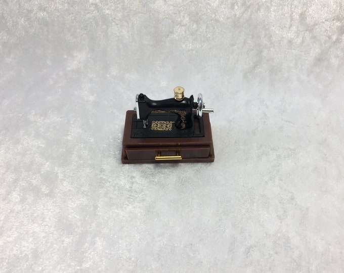 Sewing machine with drawer and accessories for the dollhouse, the dollhouse, dollhouse miniatures, cribs, miniatures, model making