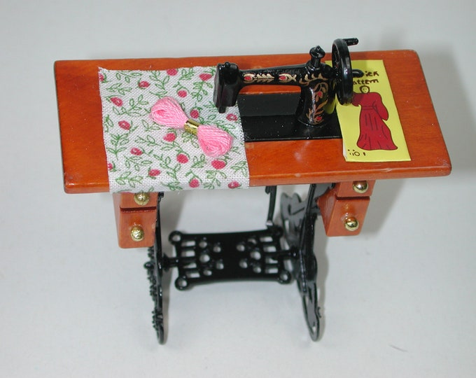 Sewing machine with table for the doll's house, the doll's house, Dollhouse Miniatures, nativity scenes, miniatures, model making # GK 854-088