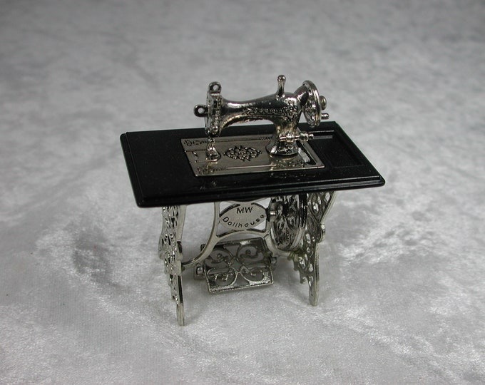 Sewing machine Silver metal, black table, for the Dollhouse, the doll house, Dollhouse Miniatures, miniatures, model making