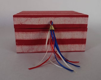 """Gift box in the American colors red white and blue - 16x12x8.5cm (6x4.7x3.3"""")"""
