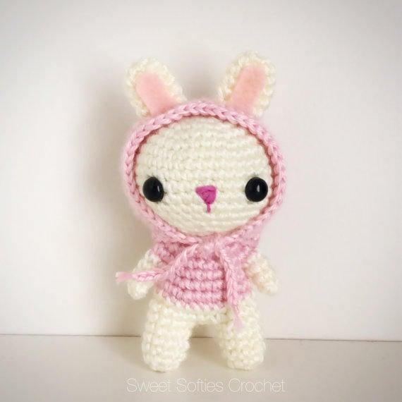 Artículos similares a Con capucha conejo conejo peluche - Amigurumi ...