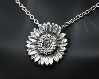 Daisy necklace - Daisy pendant - Daisy charm - flower necklace - daisy jewelry - daisy - gift for her - bridesmate necklace - Christmas gift