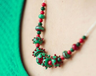 Noël necklace_ugly sweater_dotted pattern_red green_polka dot_statement necklace_coral malachite_Christmas courses gift_handmade en verre