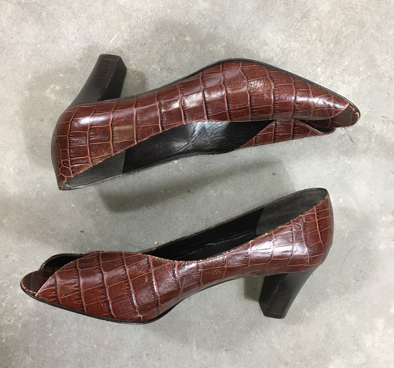 859f5a7005f05 Dame - brown peep toe pumps - brown faux alligator heels - peep toe  alligator pumps - brown Italian heels - 70s 80s Prevata Vero Cuoio shoes