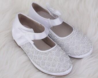 7e2cd046d7b7b WHITE SATIN maryjane appartements avec des embellissements perles et strass-chaussures  filles de fleur