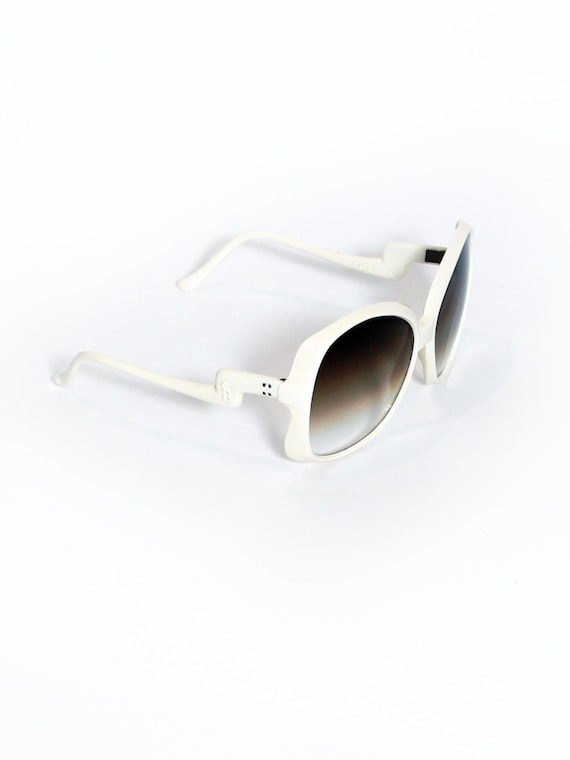 1970s Vintage Glamourous White Sunglasses