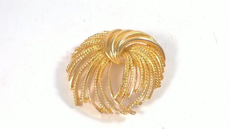 Large Gold Brooch Pin Vintage  Round Feathered Jewelry Brooch 1980s