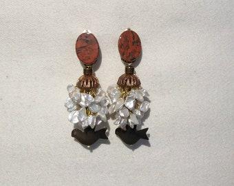 """Boucles d'oreilles clips en pierres et matière naturelle nommées : """"TOURTERELLE"""""""