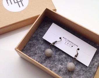 """Paire de Boucles d'Oreilles en Béton / Concrete """"Sphères 1"""", Forme Sphérique, Ciment Moulé, Fait Main, Couleur Grise et Texture"""