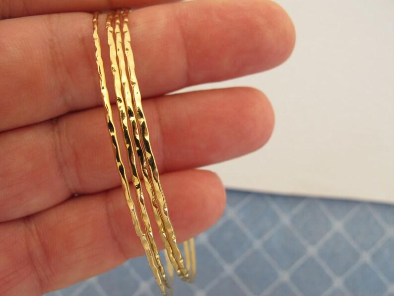 7e8f221d0027 Set de 4 oro martillado finos brazaletes pulseras clásico