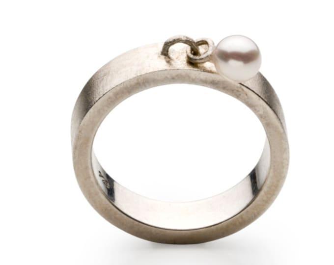 Ring, 925/000 silver, Akoyazuchtperle, white, round.