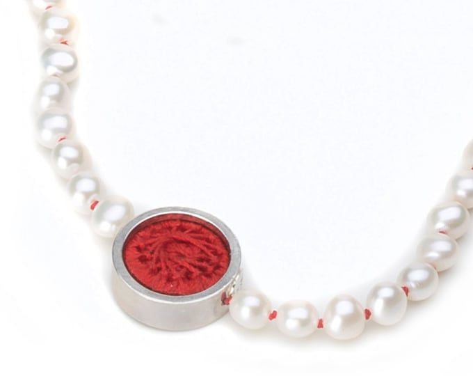 Necklace, 925/000 sterling silver, freshwater zuchtperlen, white, knotted with red yarn.