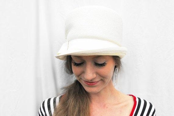 década de 1960 mod blanco Gogo sombrero Vintage de los años  82096c62477