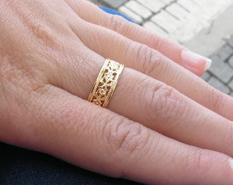 Gold ring. Floral gold band. Elegant trendy gold flower ring. Dainty gold ring. Floral ring. Flower jewelry. Gold jewelry. bridesmaid gift