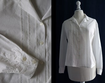 Vintage 1960 White cotton blouse, long sleeves, small pleats, round neck.