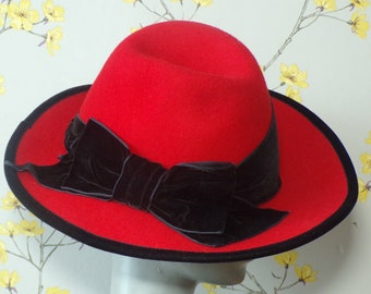 c3a52ae1 1980s Does 40s Pillbox Red Wool Ladies Fedora with Wide Black Velvet Band  and Bow Bright Red Fedora Kangol