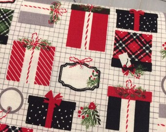 Riley Blake - FAT QUARTER cut of Christmas Delivery Presents in Cream by Carta Bella