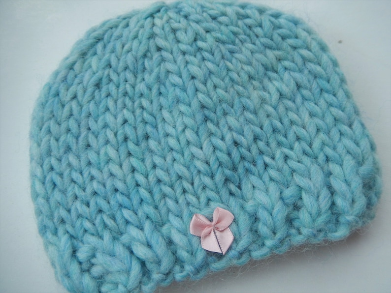 10a068007 hand knit baby hat / knitted baby cap / green with pink bow / 0-3 month