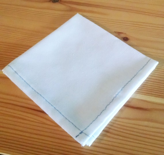 Mouchoir de poche de coton blanc w / moyenne contraste bleu coutures - « Empêtrer dans le bleu »