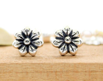 Small Daisy Flower Stud Earrings Dainty Floral Earrings Botanical Jewelry Minimal Everyday Nature Earrings Cartilage Earrings Studs
