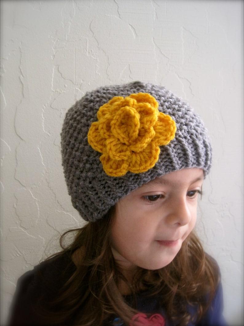 159f8dd58 Gorro gris y oro con flor. Gorros para niñas. Gorrita tejida