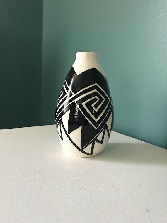 Medium Black and white pot