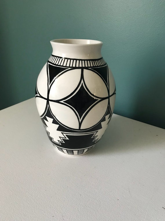Black and white pot #9