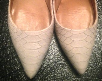 Sale  Classic Ann Taylor Pumps/ Heels Leather Snakeskin Kitten Heels/ Pointed Closed Toe Beige Pumps/ Dress Shoes Women's Size 8.5 m