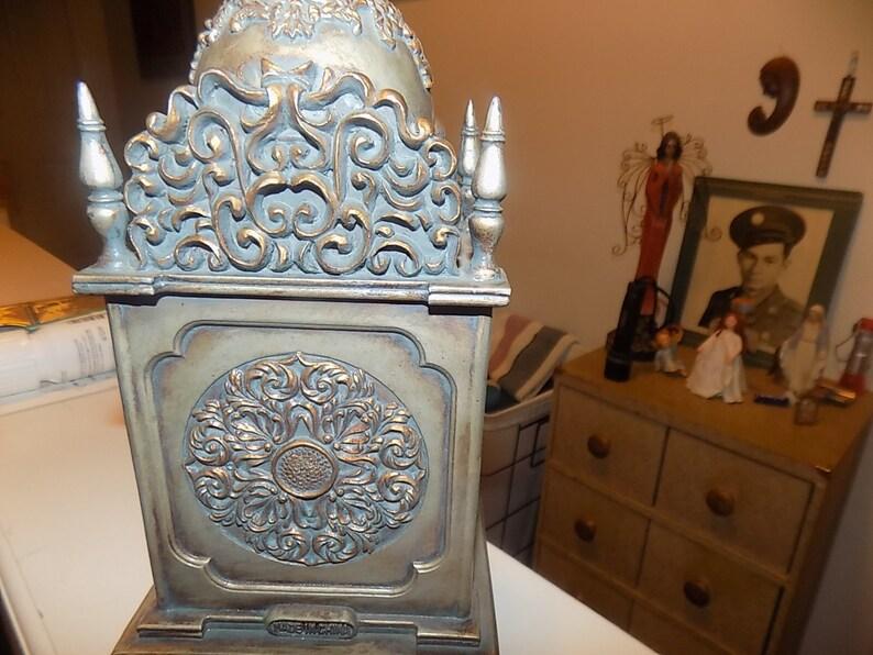 Étain gothique très orné d'horloge en métal et tons en laiton