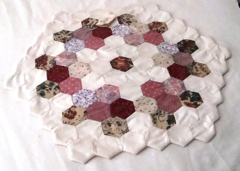 Grandmother/'s Flower Garden Machine-Pieced Quilt Decorative Table Topper Centerpiece